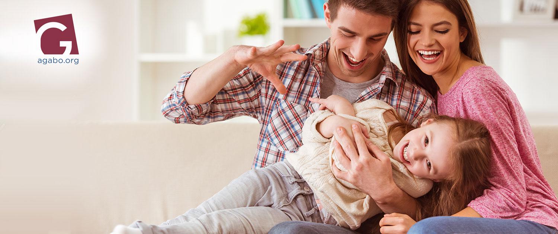 Junge Familie, Vater, Mutter, Kind haben Spaß