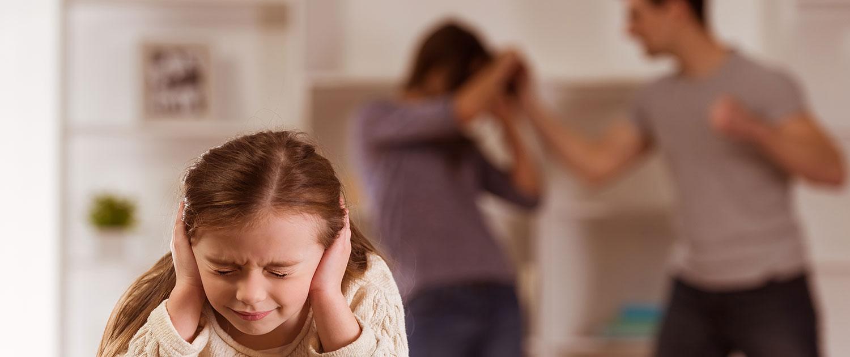 Vater, Mutter, Streit, Gewalt, Kind verängstigt