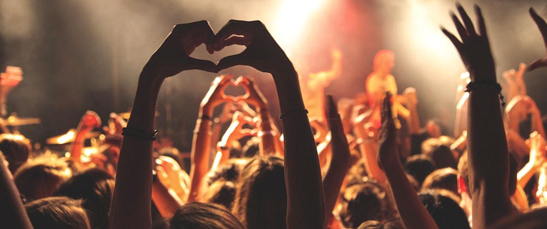 Freude und Spaß bei Konzert – Hände formen Herz