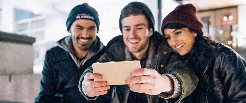 Junge Leute Freude beim Selfie